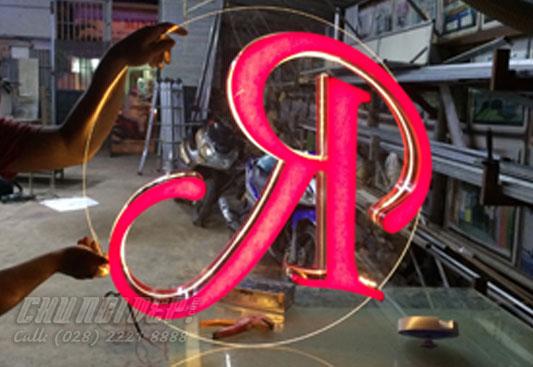 Logo mica 2 mặt ngược nhau
