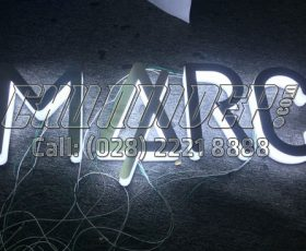 Logo chữ nổi mica mặt inox sáng hông