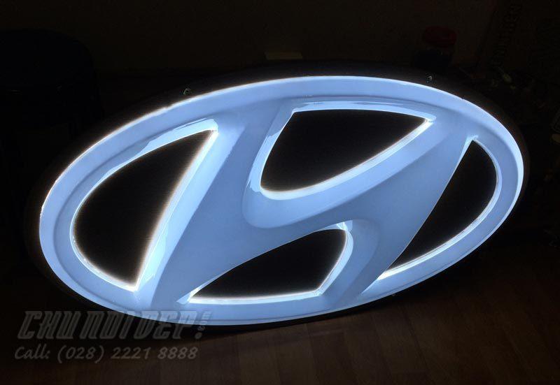 Logo-Hyundai-mạ-crom-xuyên-sáng