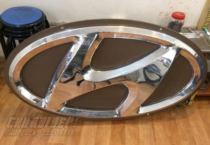 logo Hyundai mạ crom